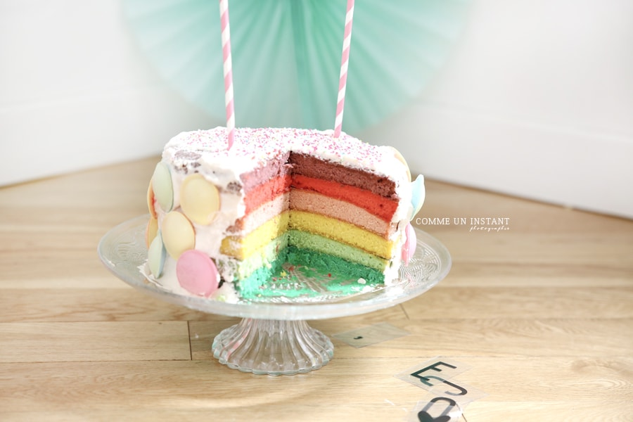 rainbow cake, gâteau smash the cake, photographe a domicile smashing the cake, photographe pro 1er anniversaire bébé, photographe a domicile anniversaire, photographie smashing cake
